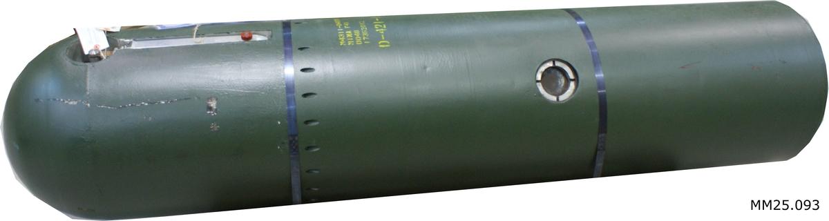 Grönmålad cylinder med ena änden rundad i en kon och andra änden urgröpt som en inveterad kon. M-nummer och annan information skriven på minan.  Minan har individnummer 0048.