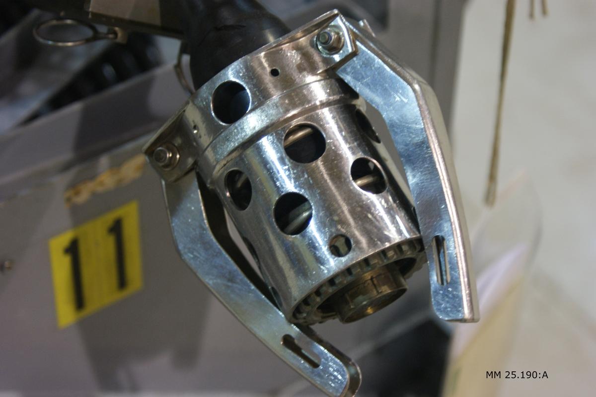 Hydrofonvinschen består av två delar: en grå del med kabeltrumma med skydd och svart hydraulmotor. Allt monterat på ett grått fundament av metall. Kabeltrumman utgörs av en rund del på vilken hydrofonkabeln ligger vindad. Runt finns ett nätliknande metallskydd. På ena kortsidan sticker anslutningskontakten för hydrofonen fram som utgörs av en silverfärad metallcylinder, perforerad och försedd med två klor i änden. Märkt på samma kortsida med invidnummer 11 på gula klistermärken med svart text. Hydraulvinschmotorn utgörs av en svart del med en grå cyliner ovanpå.