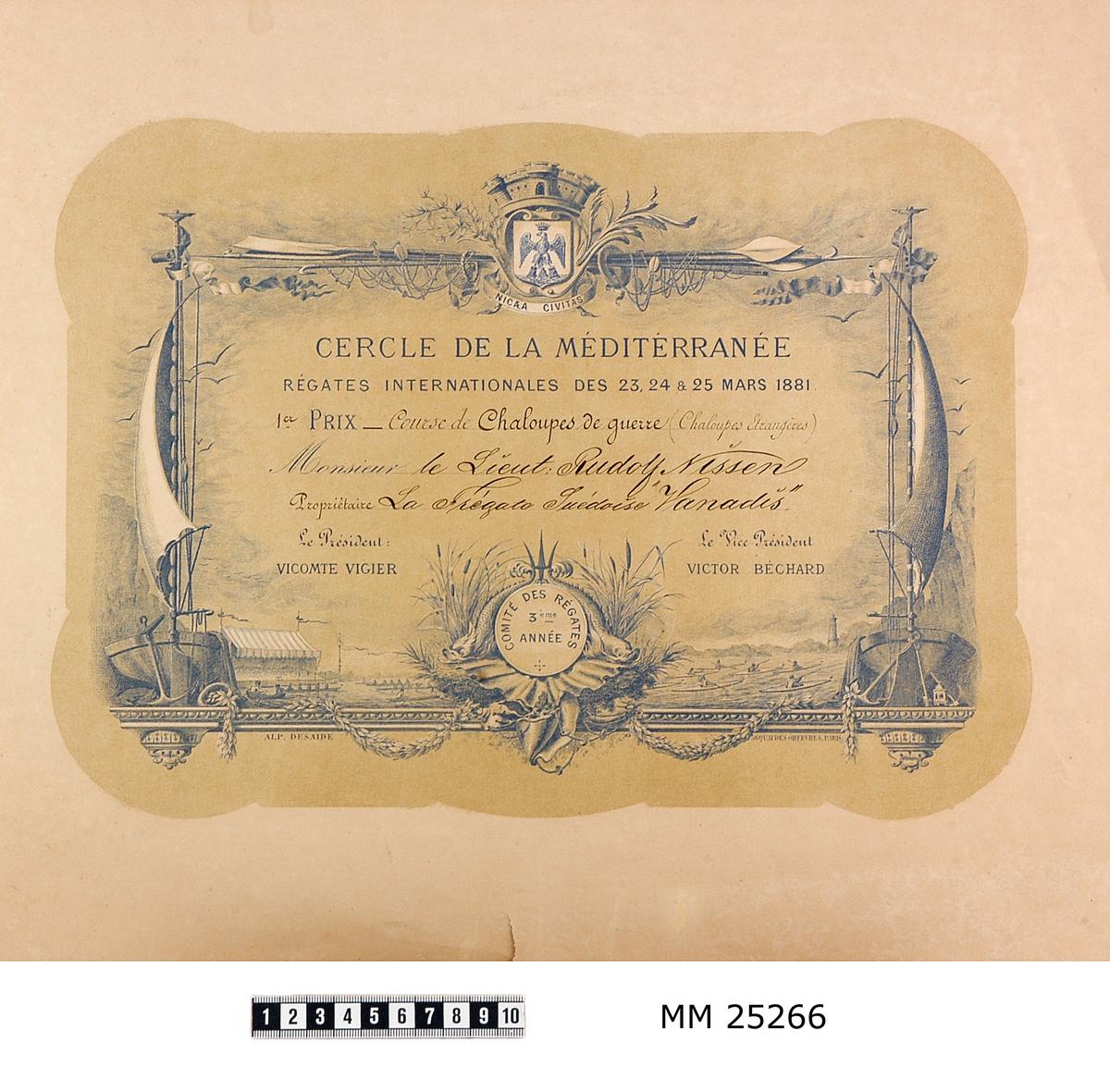"""Tryck på gulnat papper. Ram med motiv i ramen som visar segel, tackel, tåg och andra sjöfartsrelaterade saker. Överst staden Nices stadsvapen. I botten av ramen syns kapproddare och kanotister som paddlar ikapp. Text: """"CERCLE DE LA MÉDITÉRRANÉE RÉGATES INTERNATIONALES DES 23, 24 & 25 MARS 1881. 1er PRIX Course de Chaloupes de guerre (Chaloupes Etrangéres) Monsieur le Lieut: Rudolf Nilsson Propriétaire La Frégate Suédoise 'Vanadis'""""."""