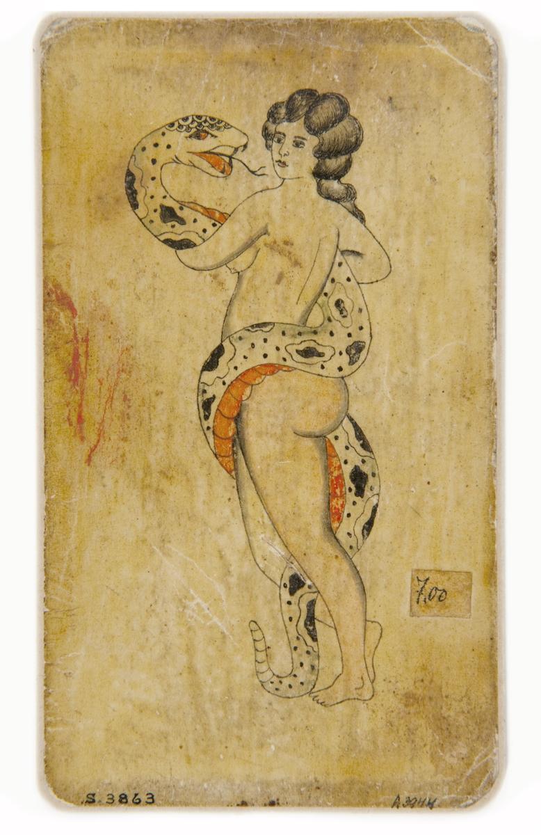 Tatueringsförlaga. Kvinna omslingrad orm, sedd snett bakifrån.
