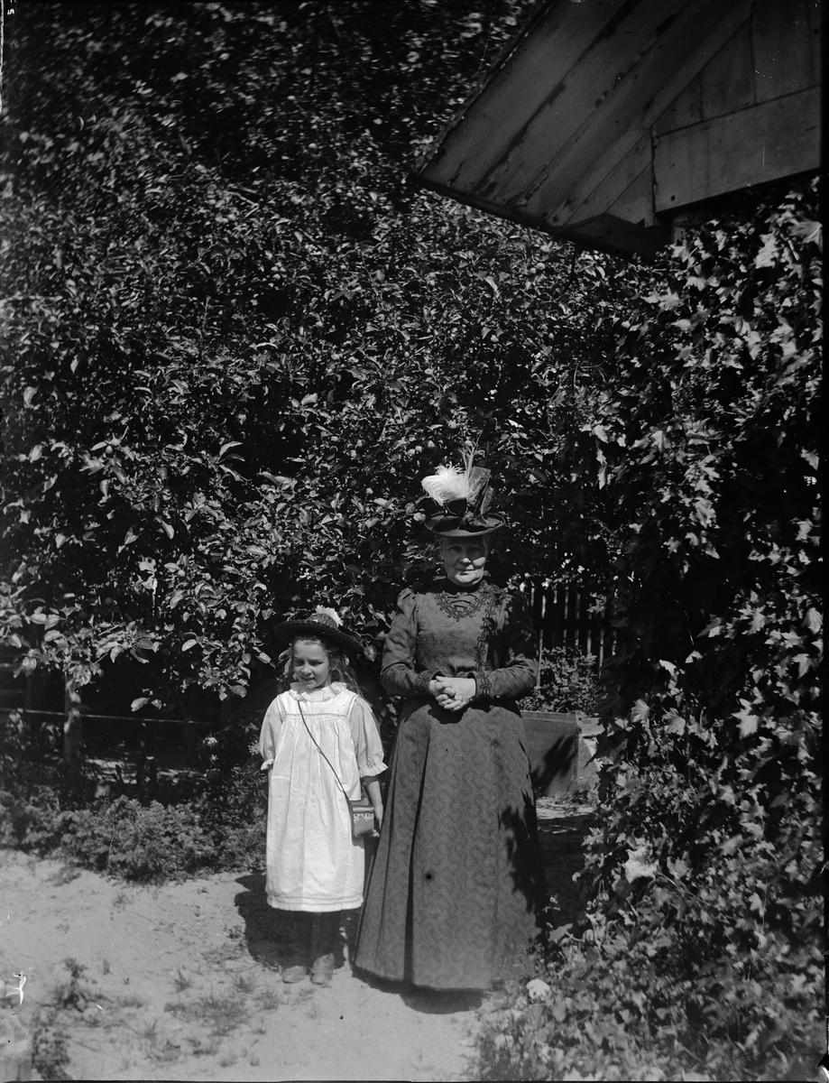 Carin Liljefors med sin mormor Carolina Widerbäck, sannolikt Uppsala 1900 - 1901