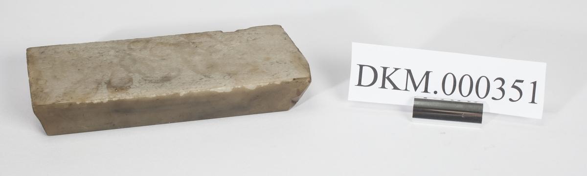Rektangulært bryne, brukt til sliping av gravørverktøy.