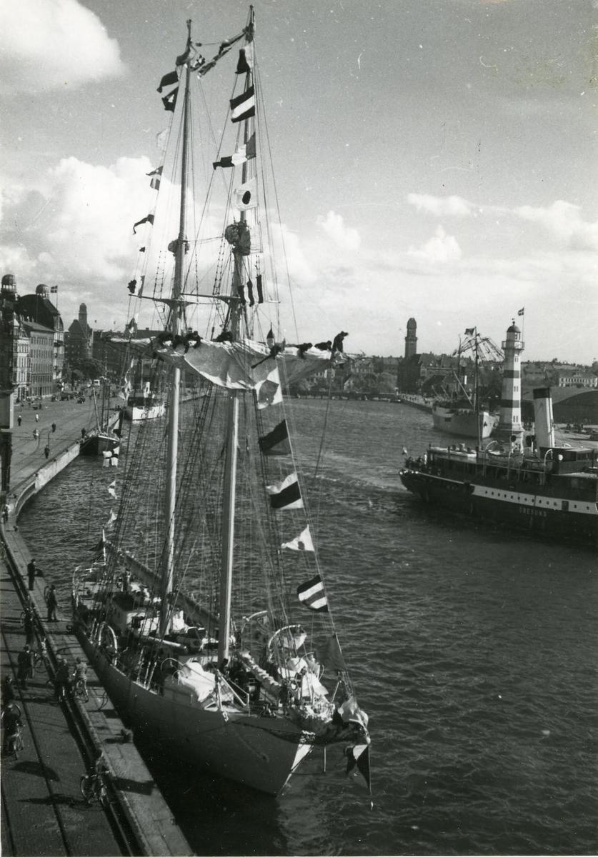 Övningsfartyget Gladan tillh. Kungl. flottan på besök i Malmö i början av 1950-talet.