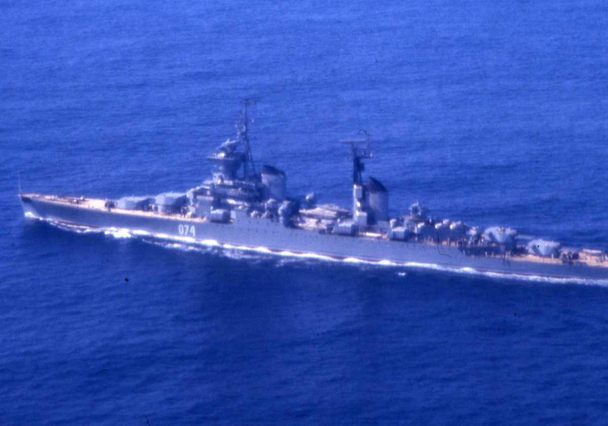 Russisk fartøy av Sverdlov - klassen med nr. 074 og navnet er Murmansk.