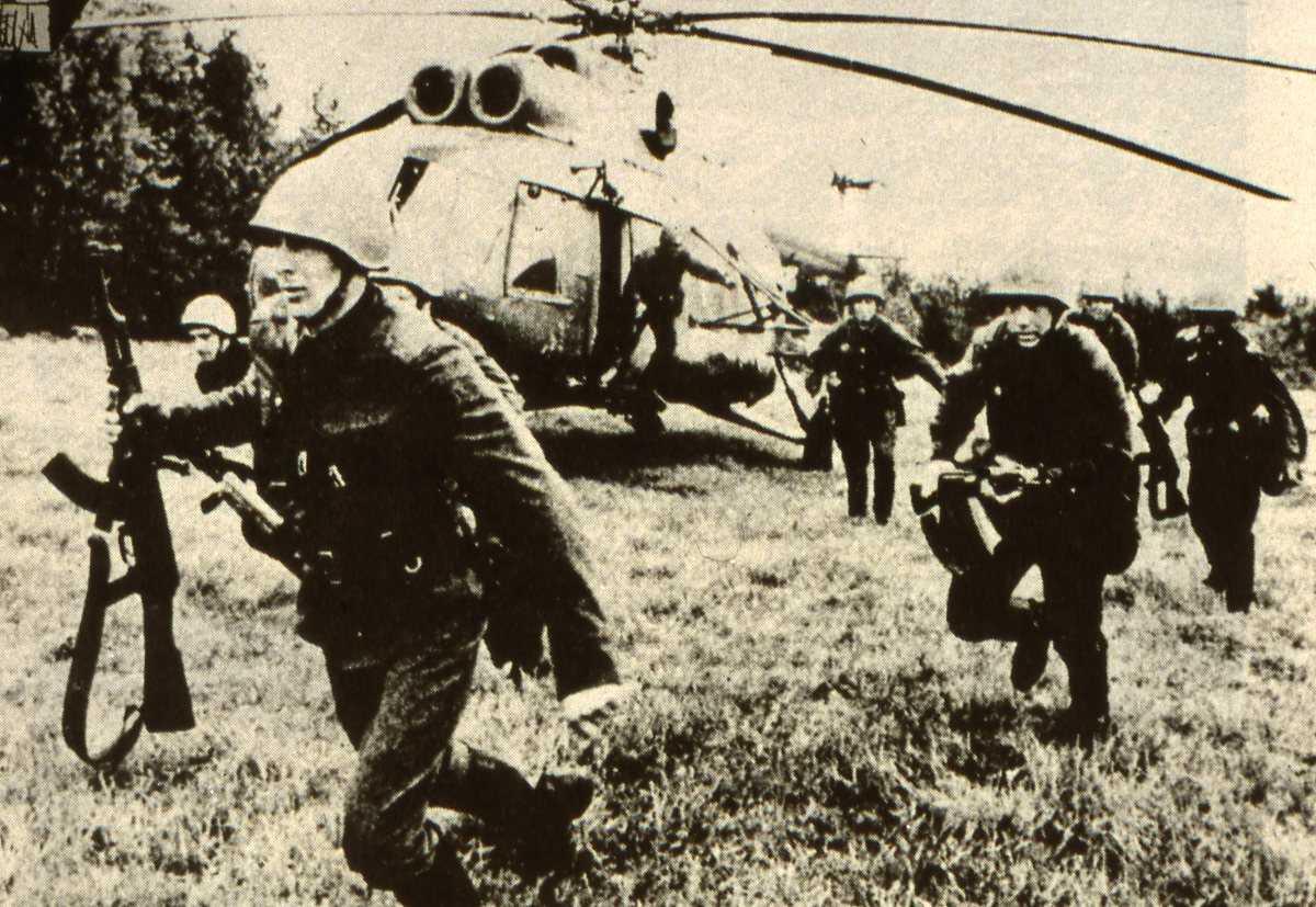 Russisk helikopter av typen Mil Mi-8 Hip og mange soldater.
