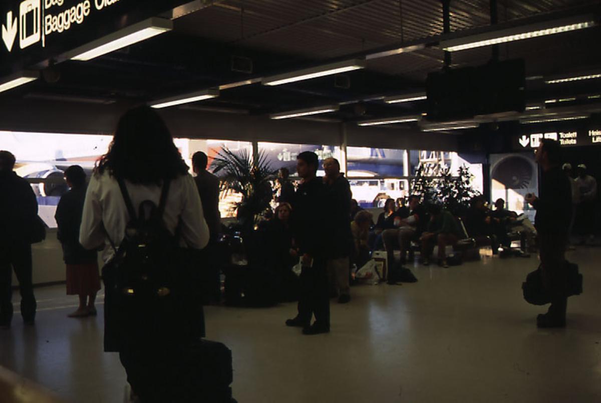 Lufthavn, portrett, flere personer i 1 venterom i terminalbygningen.