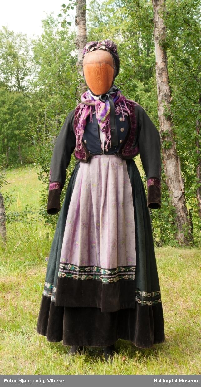 Damebunad fra Numedal med skjælingstrøye.  DAG 00755 m. flere