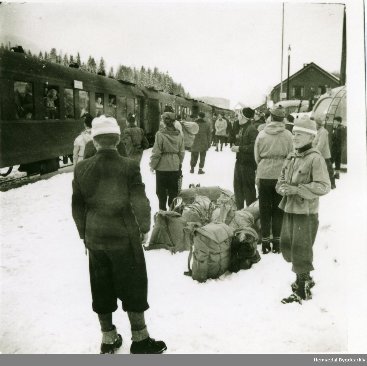 Påsketuristar på Gol stasjon ein ngong på 1950-talet.