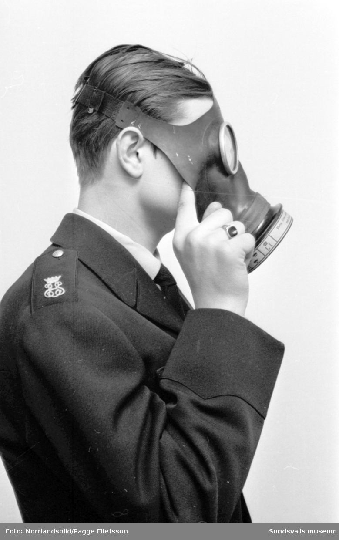 Reportagebilder om ett företag som säljer Folkgasmasker från 1940-talet. Dagens Nyheter.