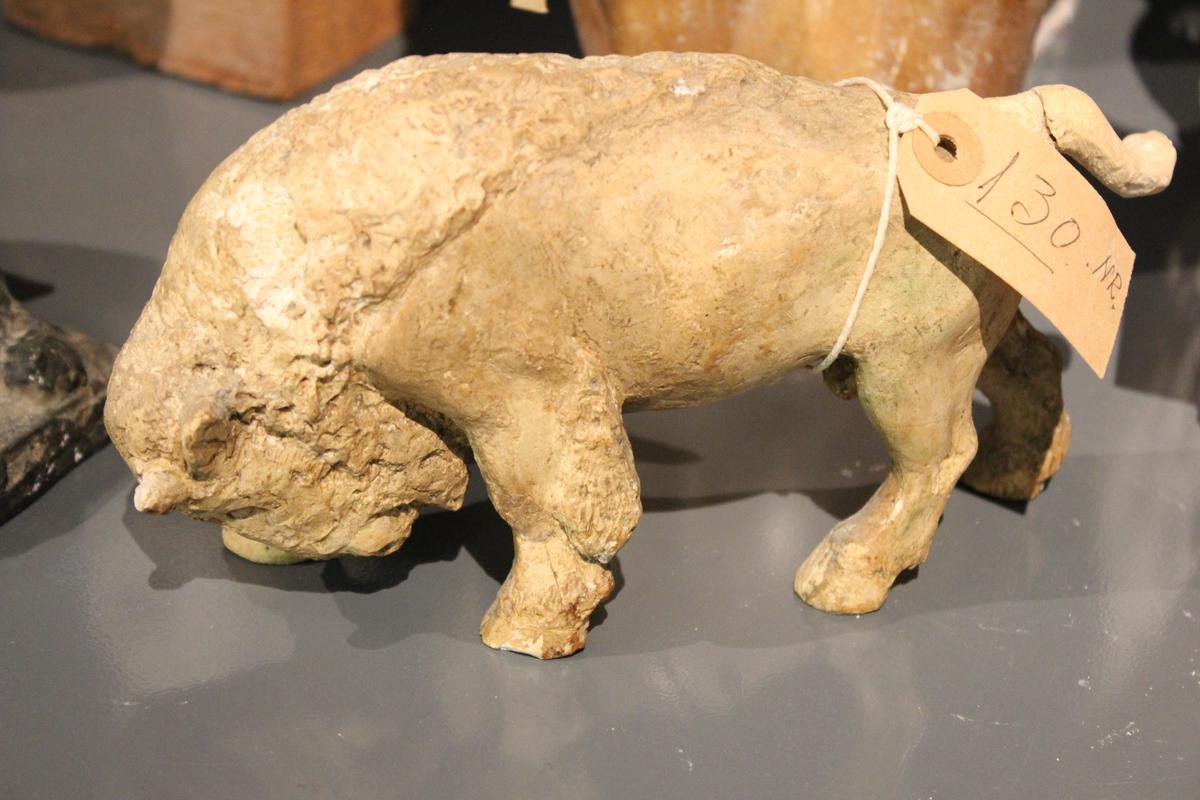 """Skulptur i gips av en Bison okse. Tittel: """"EUROPEISK BISON"""" 1935. I bronse 11cm. finnes det et eksemplar i Nasonalgalleriet i Oslo og ett i et galleri i Stockholm."""