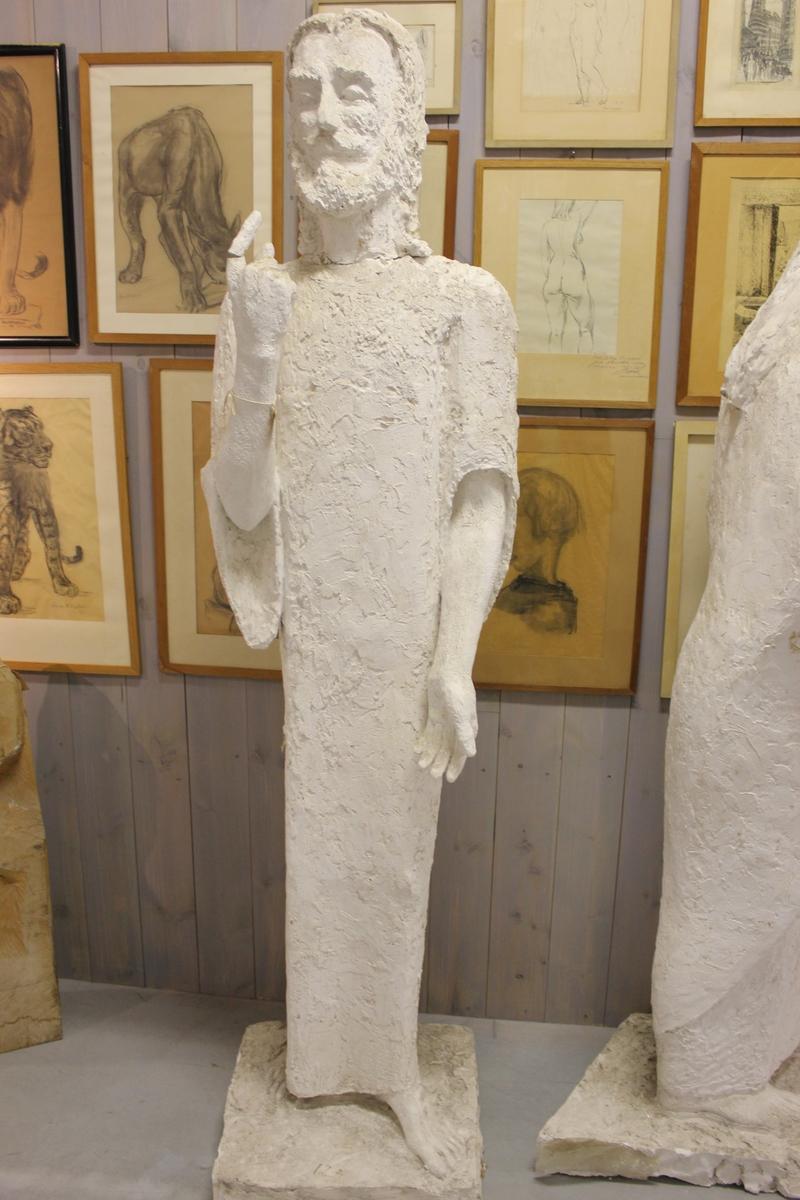 """Skulptur i gips av en mann i kjortel med stokk. Tittel """"Emmausvandrerne"""". Se også nr.261 og nr.262"""