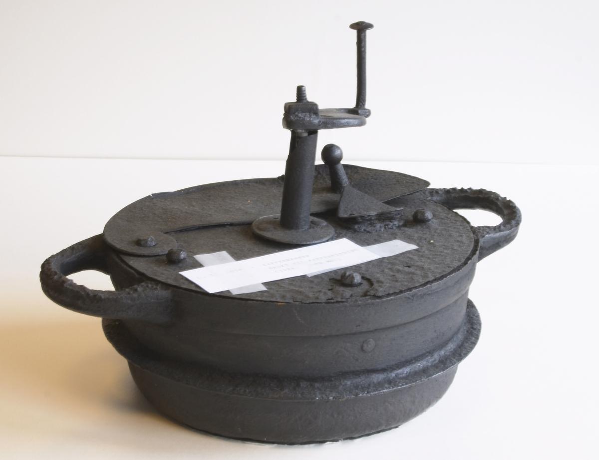 Rund jerngryte med lokk og to hanker. Den ene delen av lokket har en topp som håndtak. Den kan slås til side eller festes til andre del under en hjertehempe. I bunnen av kaffebrenneren en sveiv og på toppen et håndtak til sveien slik at en kan røre i kaffen når den brennes.  Brukt til kaffebrenning på Torland