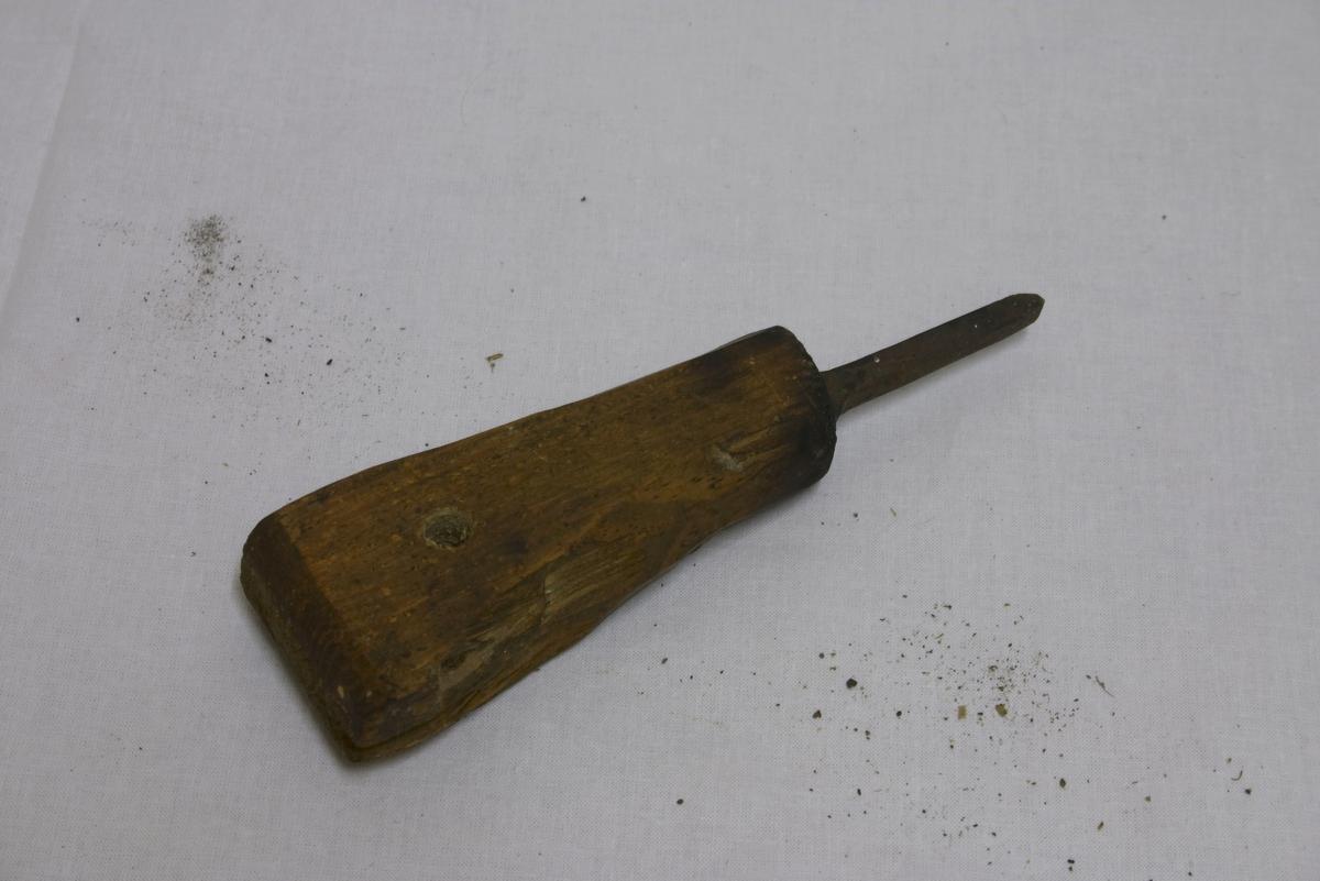 Håndtak litt flatt, breiere oppe enn nede og har et hull tver gjennom oppe på håndtaket til å henge sylen i. Selve sylen er laget av jern - firkantet, spiss nederst i enden.