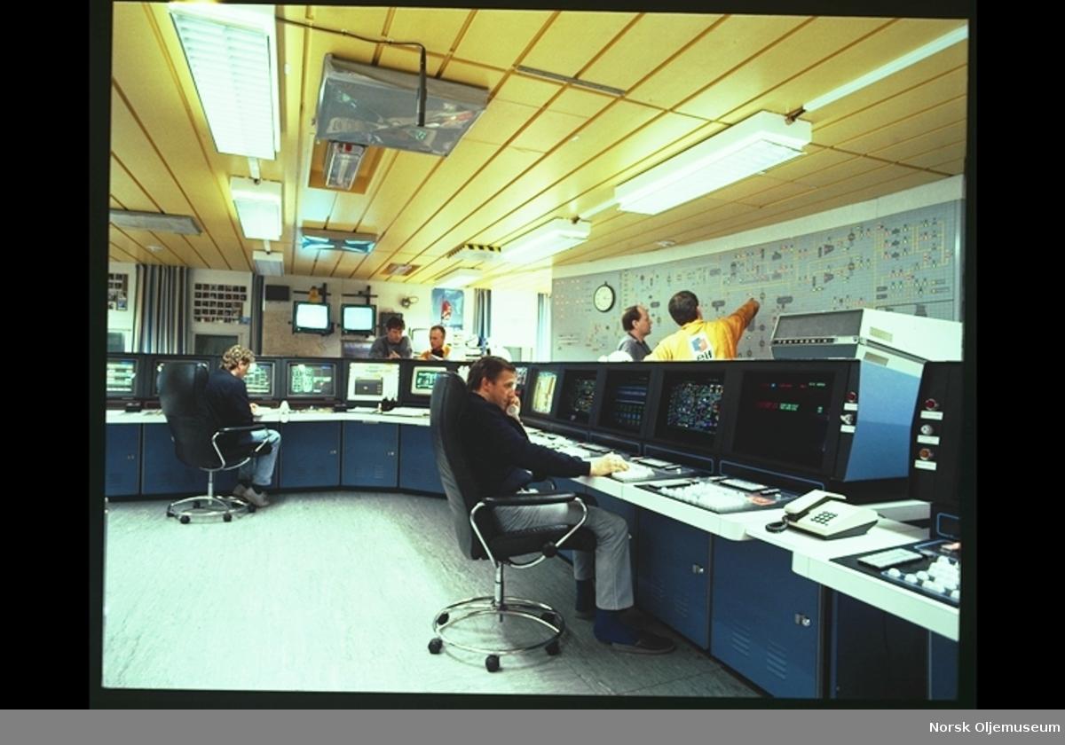 Frigg - kontrollrom, 6 mann i arbeid