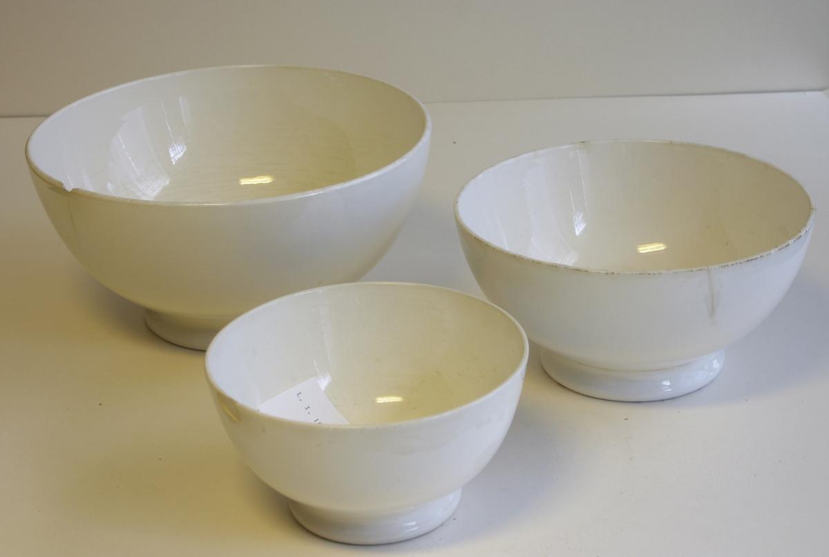 Tre runde hvite boller. Egersunds Fayancefabrik Co (Størrelse nr 3 - 5 - 7).  Mål: Nr 7: dia 15 cm, h: 7 cm, Nr 5 dia 18 cm, H: 8,5 cm, Nr 3 dia 22,5 cm, H: 10 cm