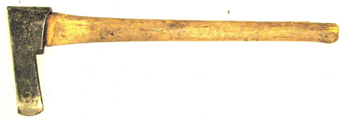"1 boløks.  Av samme type som no. 5198, hvortil henvises. Øksebladets bredde 4,5 cm, længde 13 cm. Øksens samlede længde fra egg til hammer 20,6 cm og skaftets længde 66 cm. Boløksen har foruten til hulhugging ogsaa været benyttet under tømring til at ""medra"" stokkene med. Kjøpt av lensm. Eivind Berg, Østre Slidre, Valdres."