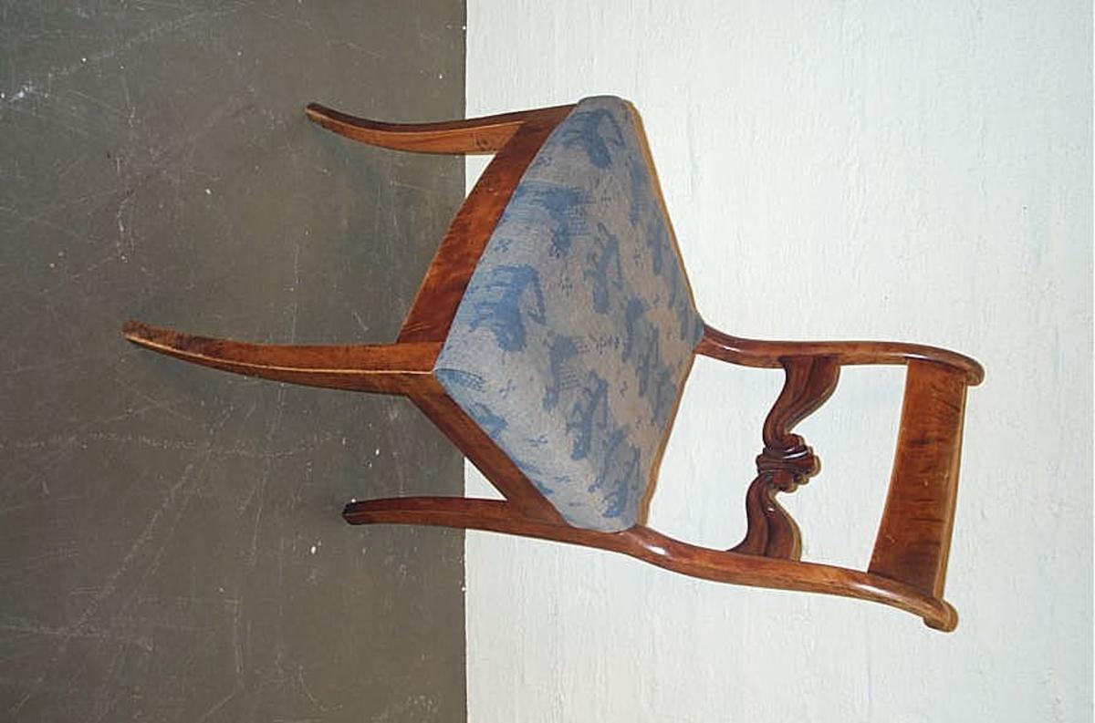 """Form: Biedermeier/seinempire DHS.30829 høyrer samen DHS.30830/sofa og DHS.30831/bord.  2 av stolane er plassert i utstillinga """"Helg og høgtid"""""""