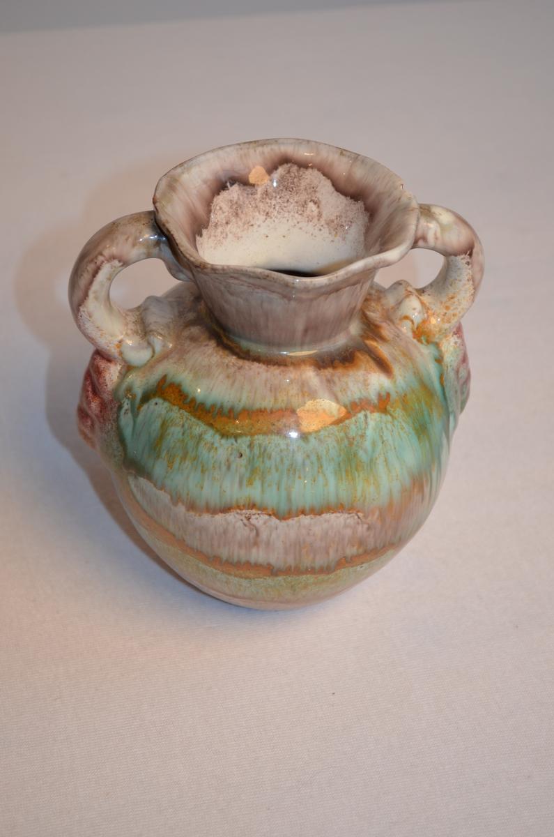 Blomstervase med to hankar i fleire fargar. Mønsteret kan minne om batikk. Lilla, grønt og brunt.