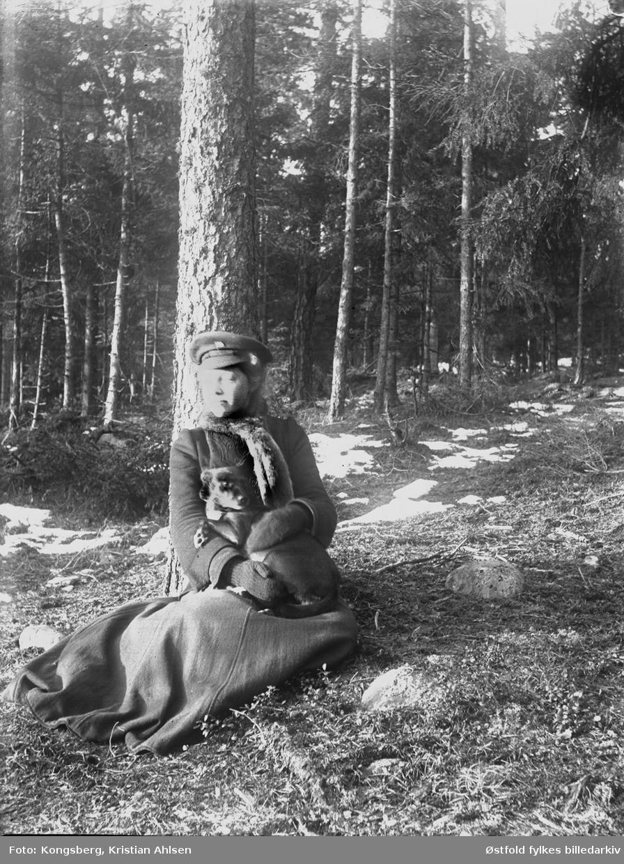 Her sitter Ragna Kongsberg med hunden Dolly på fanget, en søndag i april 1907.