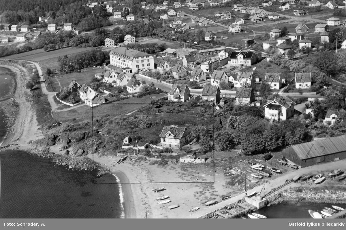 Søly i Moss, vi ser en liten snip av Fiske båthavn nede i høyre hjørne og Vårli stranda helt til venstre. 1959.