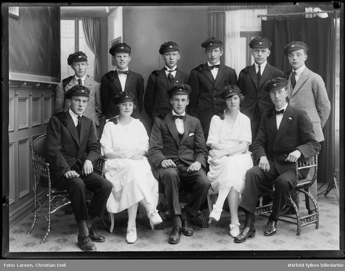 En gruppe med studenter, fotgrafert i fotatelier med sin lærer, ant 1925-30-tallet. Alle er ukjente.