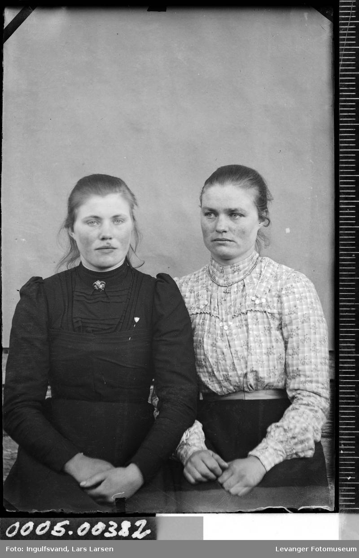 Portrett av to unge kvinner.