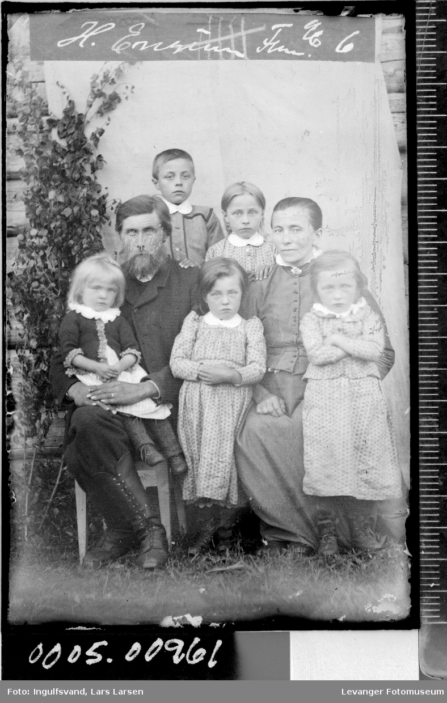 Gruppebilde av en mann, en kvinne og fem barn.