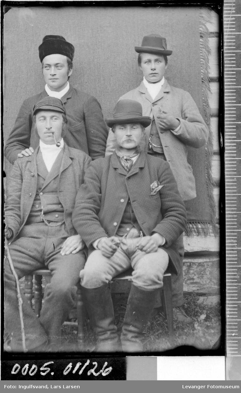 Gruppebilde av fire menn-
