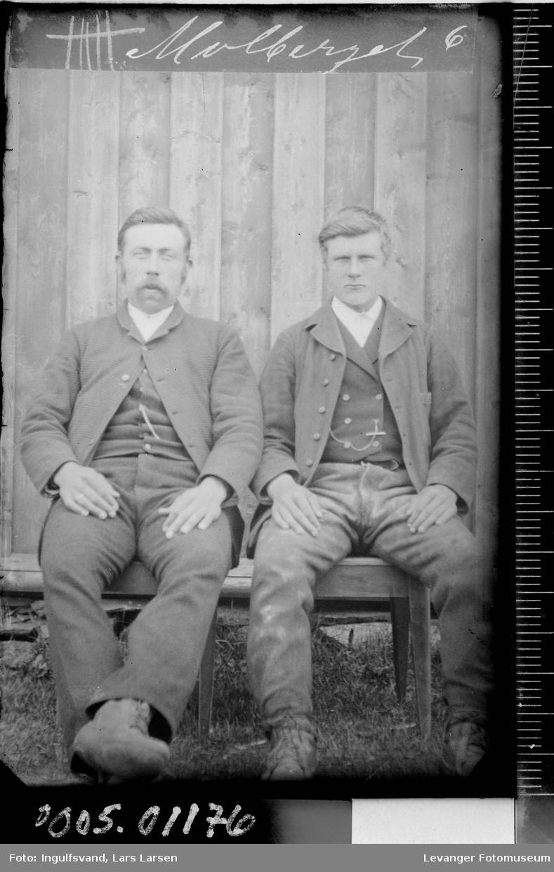 Portrett av to sittende menn.