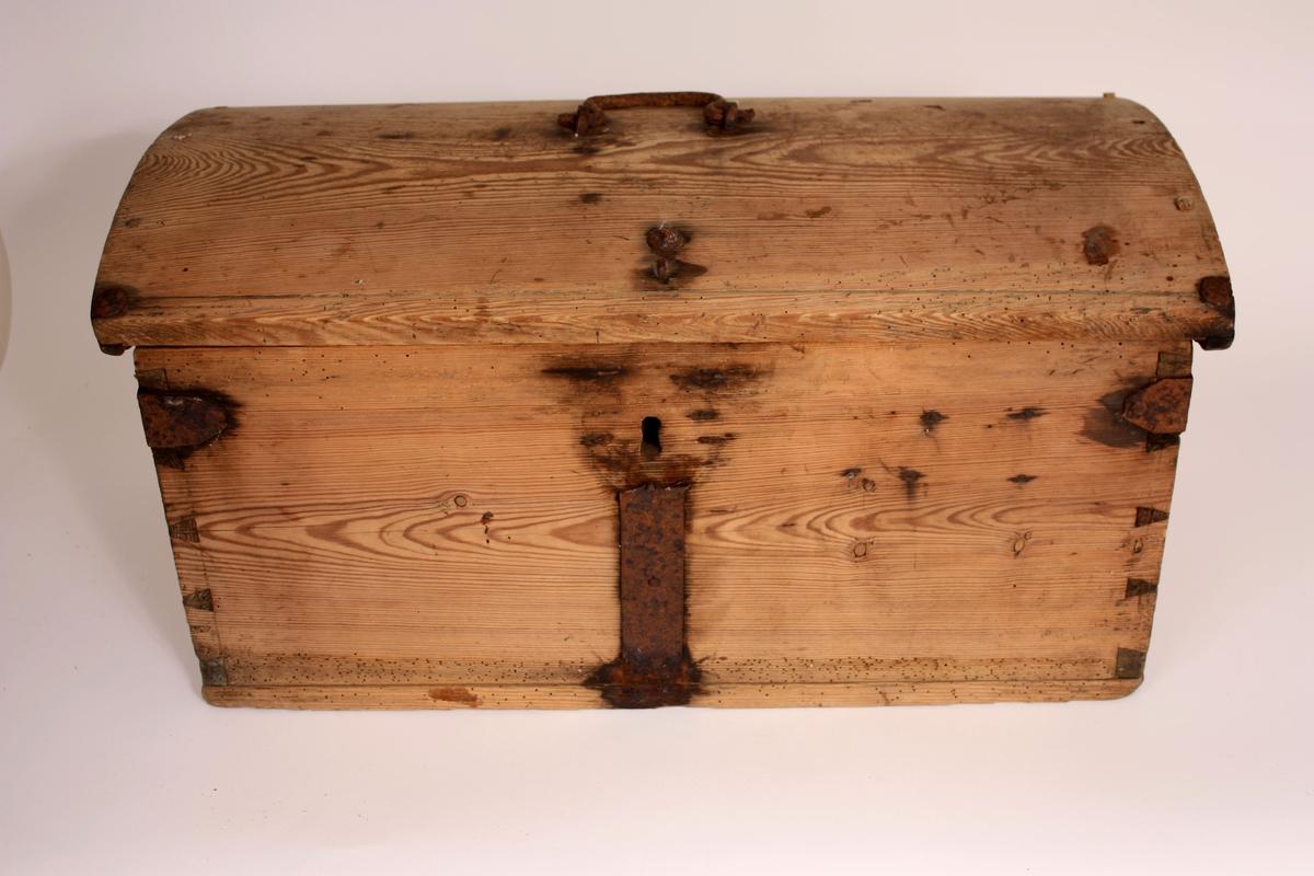 Sinka kiste med boga lok. Smidde jernbeslag og lås uten nøkkel. Strekdekor på lok og botnkant. Handtak i jern på lok