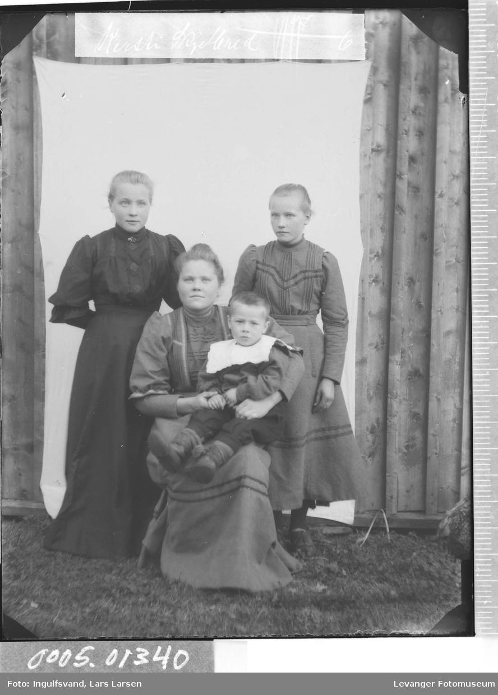 Gruppebilde av en kvinne og tre barn.