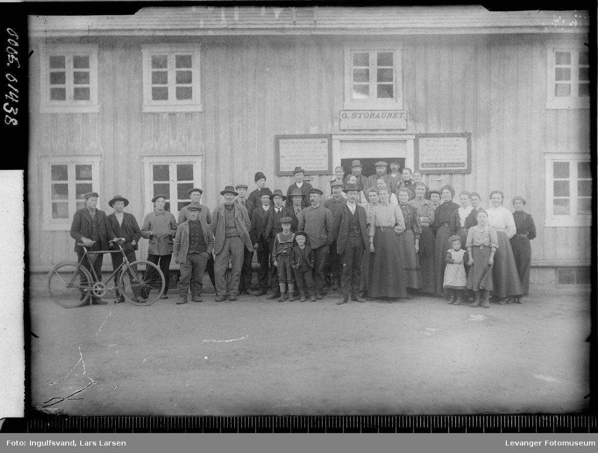 En forsamling foran en butikk.