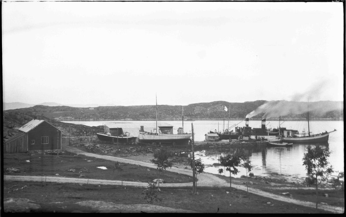 Mk Gleaner SF 133 A, bygd i 1878, eigd av Sivert H Halsøy m. fl, Bulandet, på slipp. Rutebåt ved kai.