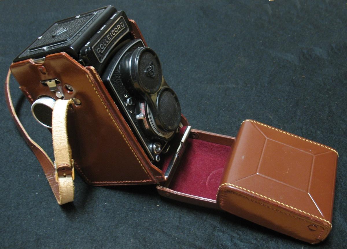 Kameran inköptes för att göra dokumentationer av brandplatser. Kameran kom dock mycket sällan att användas och är i mycket gott skick. Som gåva från Brandkåren ca 1984, idé fanns att kameran skulle användas av museets fotografer. Kameran blev inte änvänd i museets verksamhet. I gåvan ingick även en Lunasix ljusmätare som dock användes flitigt. Ljusmätaren finns idag den samlade fotoutrustningen på Kulturlagret. Kamera med originalväska.