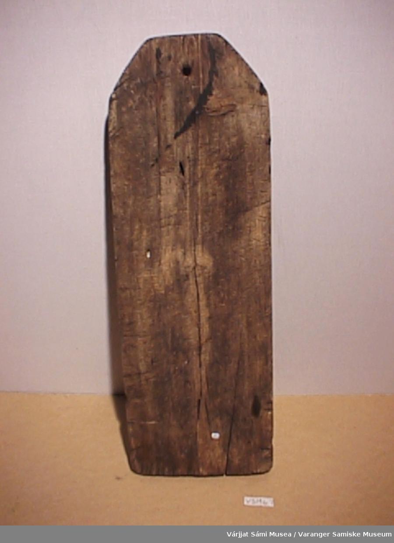 Vaskebrett i tre, merket 1780. Brettet har 13 riller ca. 1 cm hver. Brettet har mange merker på baksiden, er brukt til underlagsfjøl.