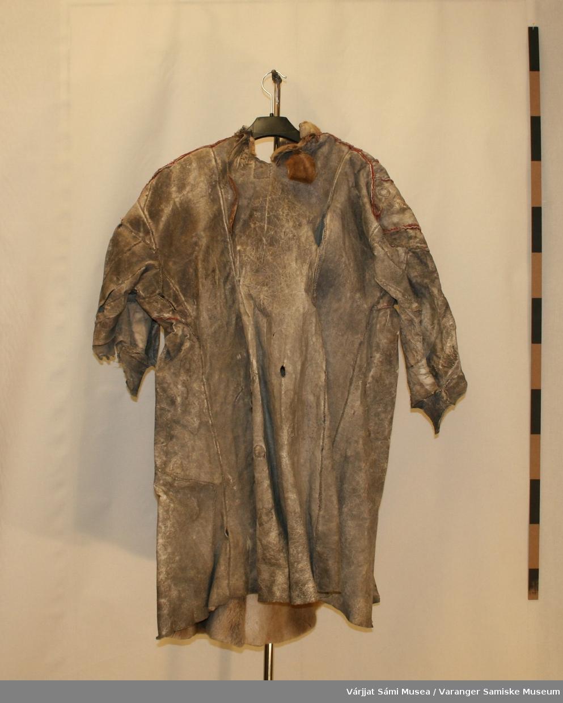 Pesk av reinskinn, bærer preg av alder og bruk.