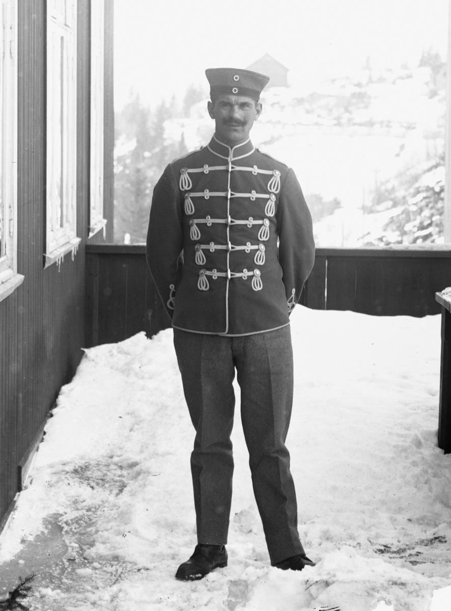 Soldat stående på veranda