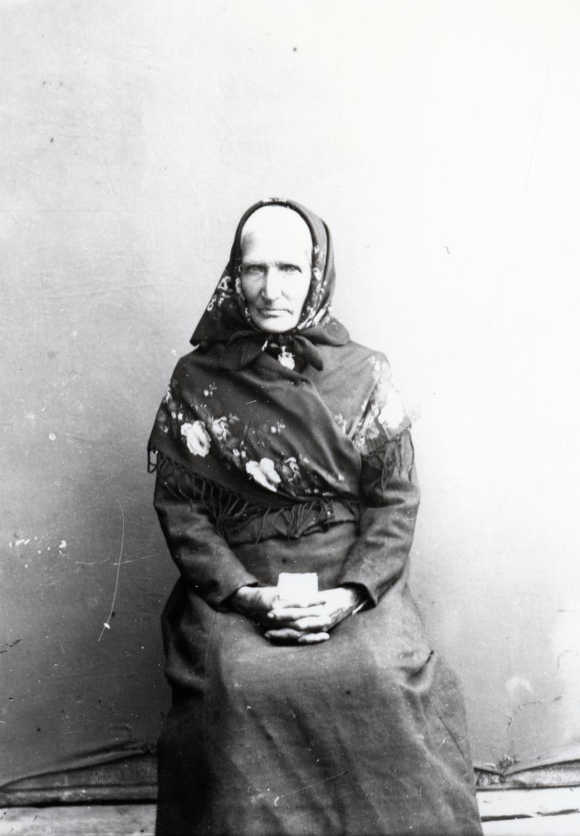 Eldre kvinne med skaut og sjal