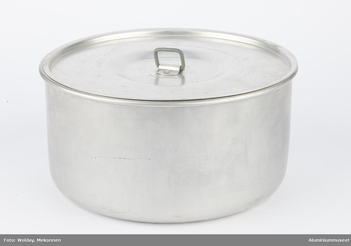 """Enkel aluminiumskasserolle uten skaft eller ører. til turbruk, inngår i et campingsett """"Campina"""" elelr """"Turina"""". Lokker er flatt med en påklinket fingerhank midt på."""