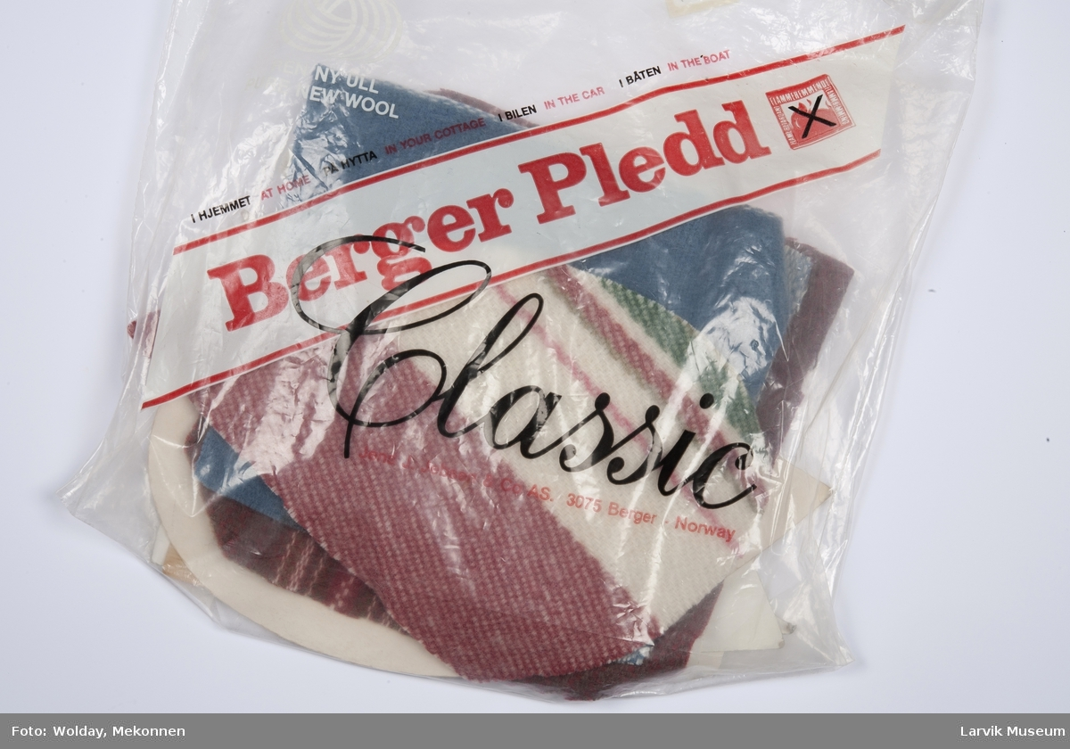 6 Mønsterdeler lomme, krage, mansjett og 5 tilskæringer til kåpe og cepe , ligger i en plastpose