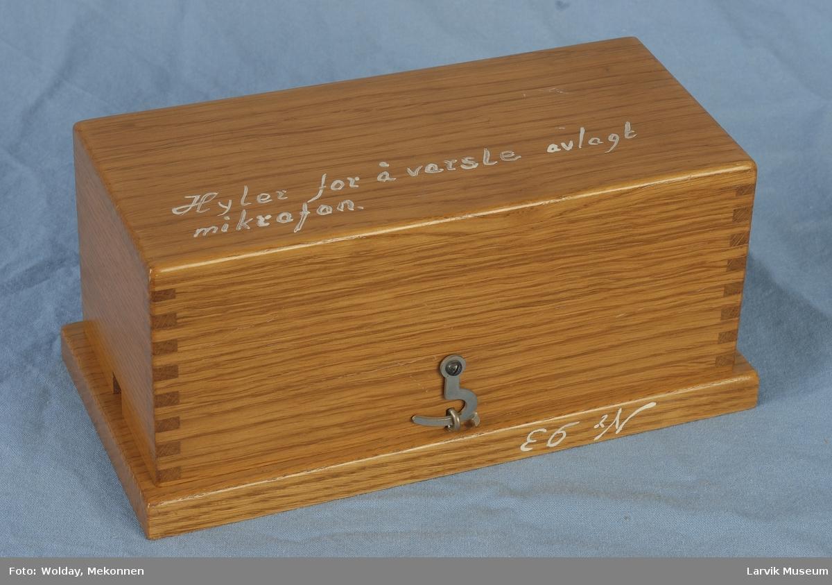 Form: rektangulær kasse m/lokk. Apparat skrudd fast til bunn