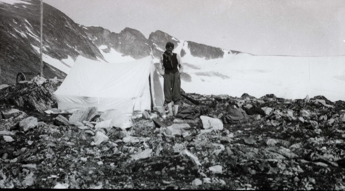MÅLERLIV: Leir ved foten av Snehetta.