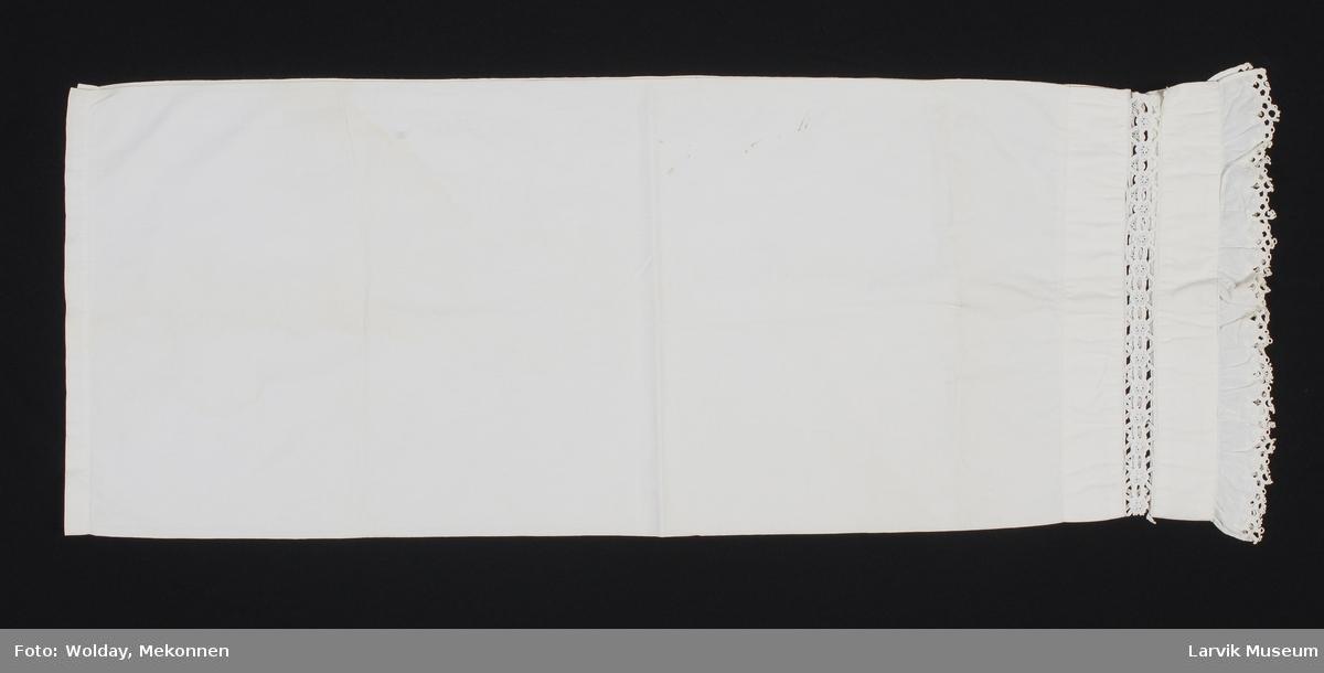 Form: Rektangulært med blonde påsydd i den ene kort-enden samt innfeldt blonde.