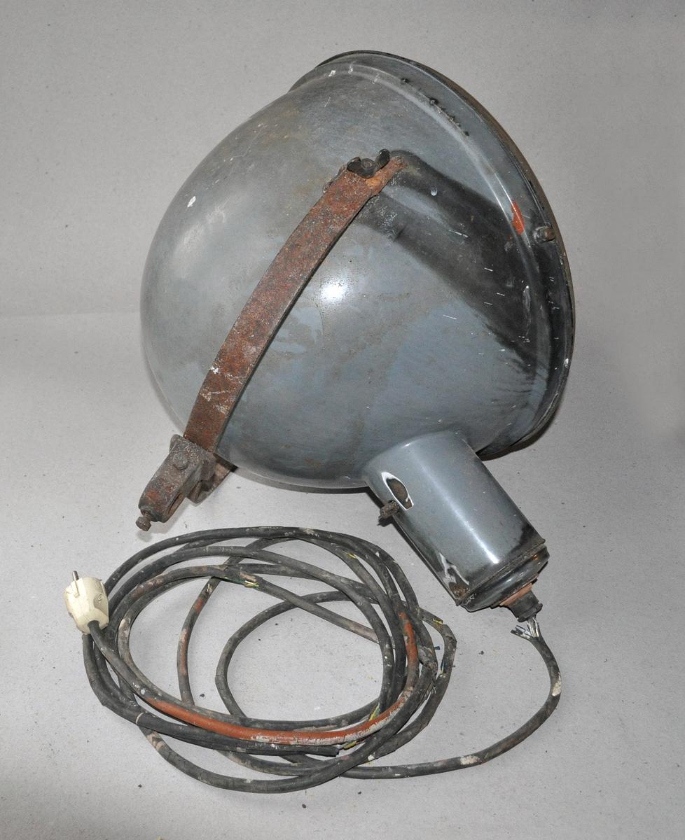 Lampe av emaljert jern, med glass og original lyspære.  Med ledning og støpsel, og jernbøyle til montering.