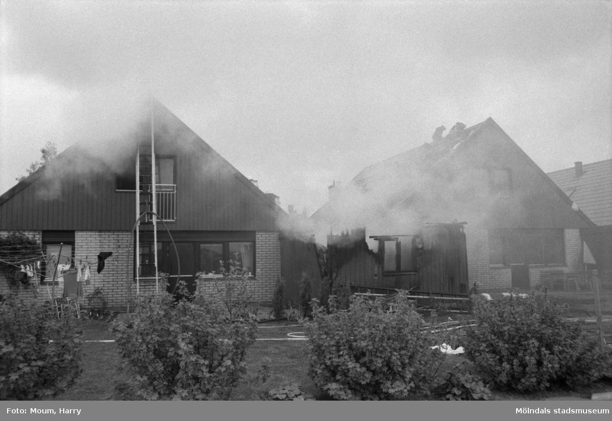 """Eldsvåda på Diamantvägen i Lindome, år 1984. """"Två villor antändes vid branden i Lindome.""""  För mer information om bilden se under tilläggsinformation."""