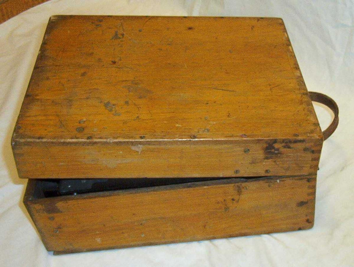 Sort krypteringsmaskin i rektanglær brun trekasse med lokk.  Maskinnr. 6118 Klype lokk nr. 1914 Reflektor (UKW Umkehrwalze) nr. D A11531   Valser  I. A5583 II. A12766 III. A14997  Reservekasse for valser (NRM.03398) nr. 4506 (JHZ 1936)  Valser: IV. A7897 V. A6471