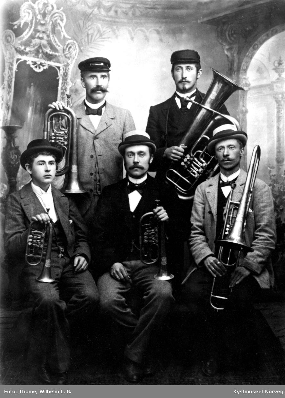 Rørvik Musikk Forenings første musikanter: bak fra venstre: Oscar Bjørgan og Mauritz Tessem. Foran fra venstre: Petter Digre, Johan Andreassen og Oscar Langgard