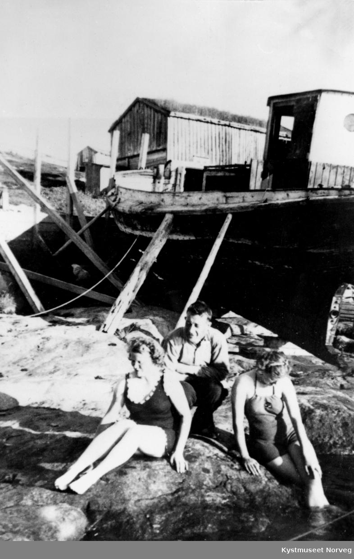 Magnhild, Einar og Astrid Strand? Badeliv på Heimværet i Sør-Gjæslingan