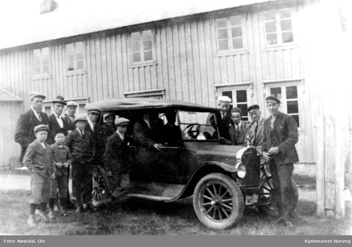 Gravvik, ukjente personer rundt den første bilen i bygda eid av Leiv P. Livik