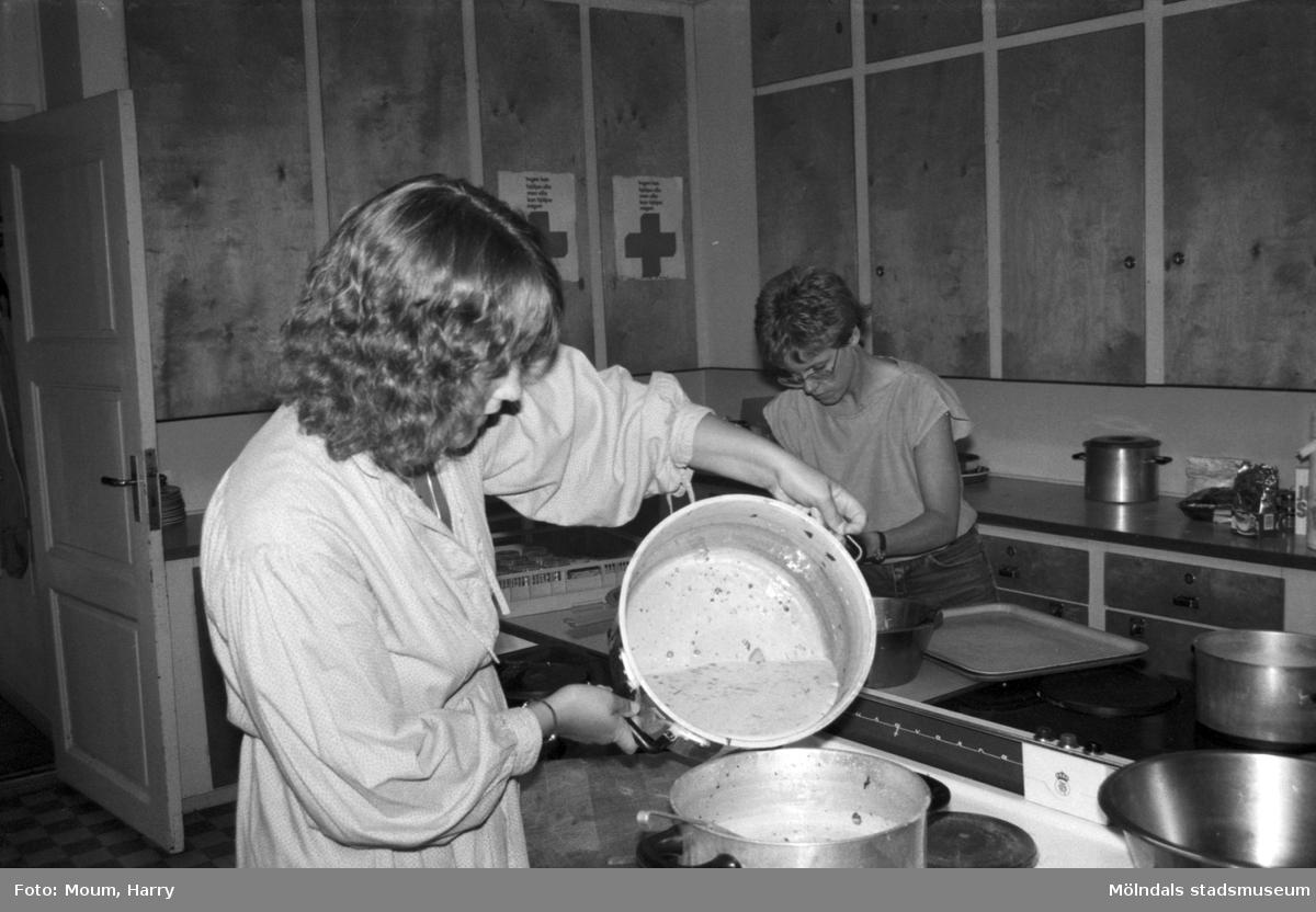Kålleredsungdomar på sommarjobb, år 1984.  För mer information om bilden se under tilläggsinformation.